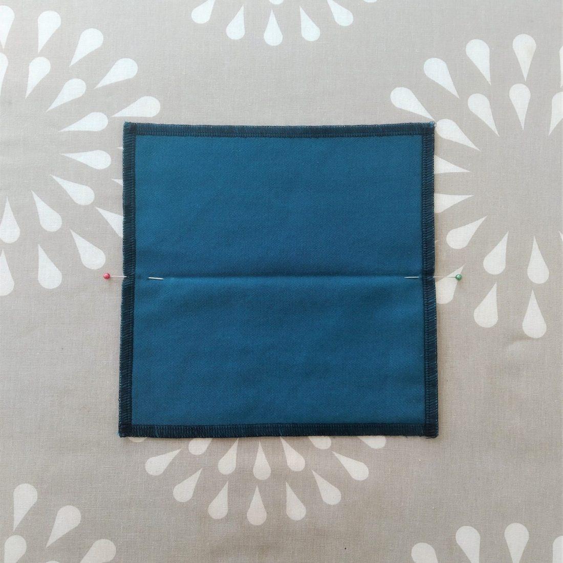 Ouvrez votre carré. Placez si besoin des aiguilles pour bien voir le milieu du carré.