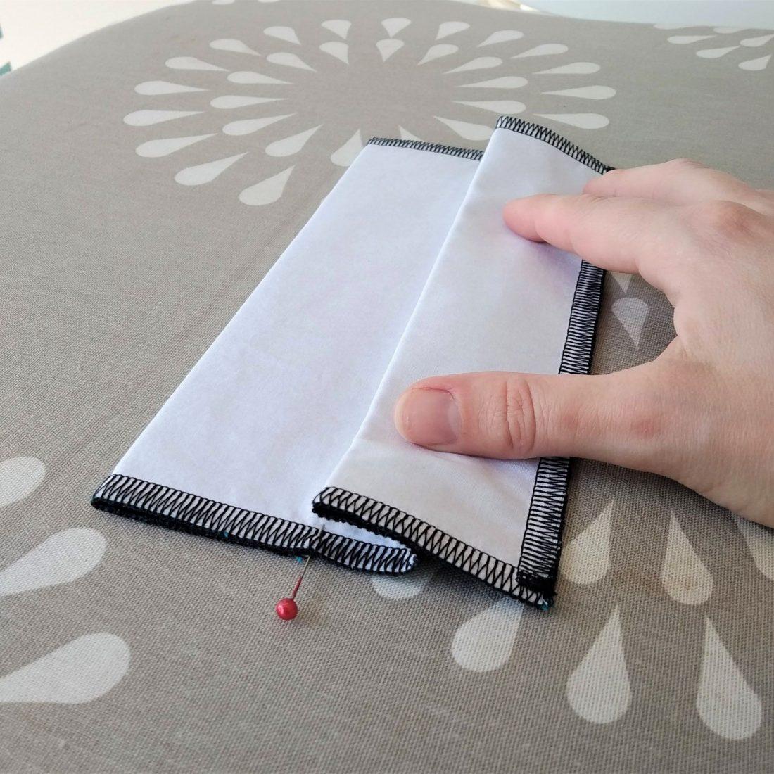 Retournez la pliure précédemment réalisée au niveau des aiguilles (milieu du carré)