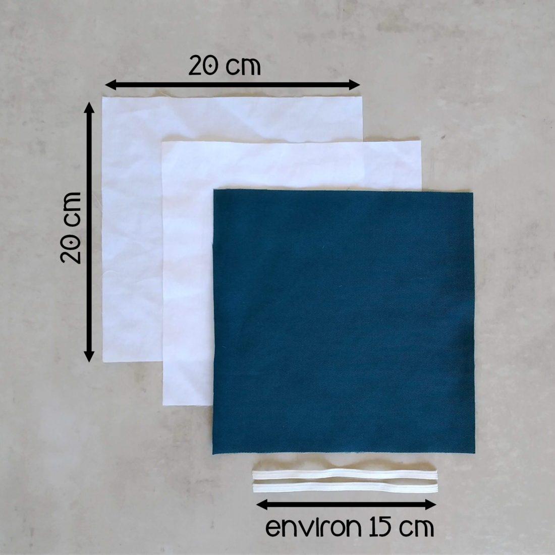 Pour réaliser votre masque barrière vous avez besoin de 3 tissus en 20 cm par 20 cm ainsi que 2 élastiques de 15 cm environ (pour accrocher le masque derrière les oreilles)