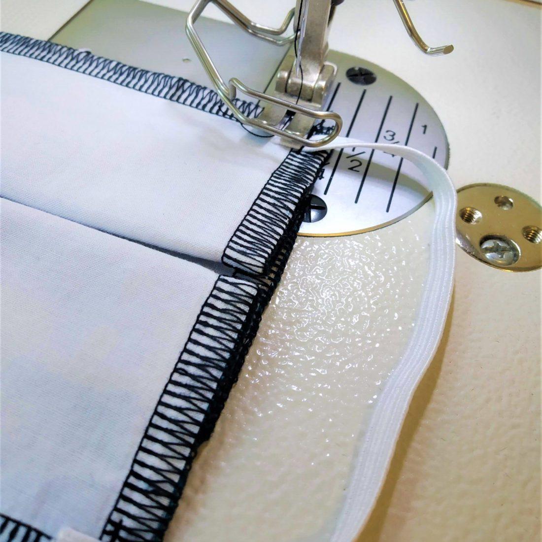 Réalisez une piqûre à 1 cm du bord. N'hésitez pas à faire une piqûre de maintien au niveau de la pliure pour la consolider.