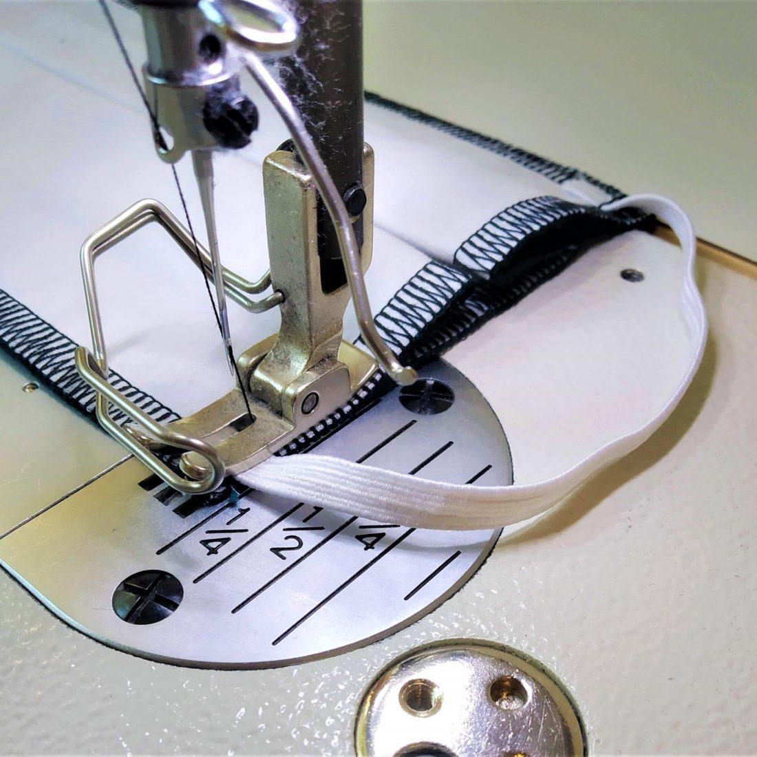 Avec le même élastique, répétez l'opération sur le même côté du masque